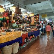 衣類やお土産、雑貨等が揃うマーケット