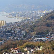 西側には、小田原の街並み。