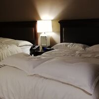 クイーンサイズベッド2台の部屋。