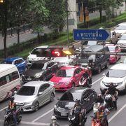 交通量が多い通り
