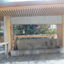 乃木神社の南側の入口にある手水の場です。かなりの大きさです。