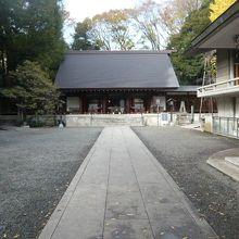 乃木神社の拝殿と参道です。端正で格調があり、厳かな感じです。