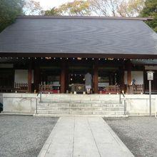 乃木神社の拝殿です。石畳の長い参道と広い石段が印象的です。