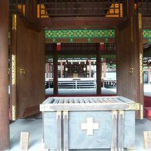 乃木神社の拝殿の柱越しに、奥の本殿を望むことができます。