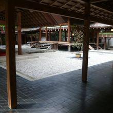 乃木神社の拝殿の奥には、本殿があります。玉砂利が目に映えます