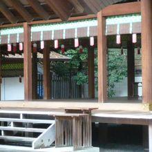 乃木神社の拝殿の奥にある本殿です。階段が木製になっています。
