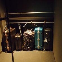 キャビンブースの入口にスーツケース置き場があります