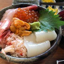 出前してもらった海鮮丼。