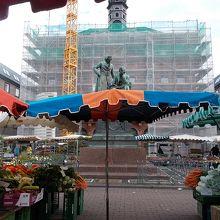 マルクト広場とグリム兄弟像
