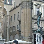 彫刻・ブロンズ像が並ぶ。