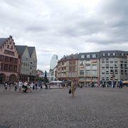 町の中心にあります。