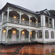 小泉八雲所縁の旧旅館。今は複数のショップが入る。