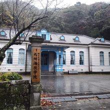 丘の上にある旧宇土群役所庁。今も海技学院として使われている