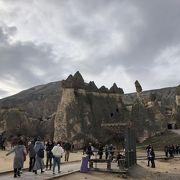 岩を見るだけでなく中の修道院も見もの