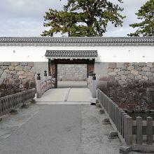 堀にかかる住吉橋を渡り銅門に入ります