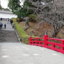 常盤木橋を渡り高みにある常盤木門を目指します