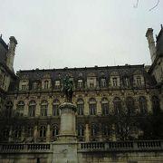 パリらしい市庁舎
