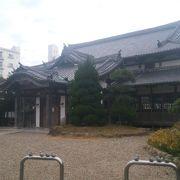 社寺のような外観をもつ公会堂です