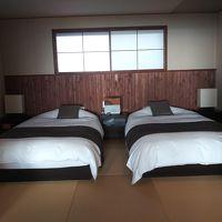 4人で使ったのでゆったりベッドは二人、居間には二つの布団を