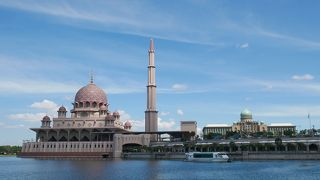 ピンクで統一されたモスク