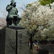 熊本城を望む位置にある銅造