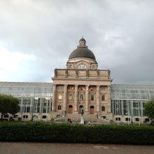 庭園東隣にある「バイエルン州政府内閣官房」。建物がお洒落
