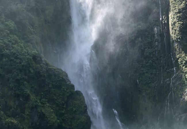 滝を近くで見ることができます
