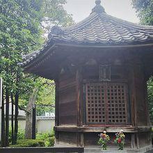 浅草寺境内で最も古い。