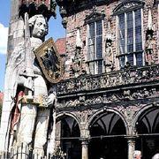 ブレーメンの守護神は帝国の鷲の紋章の楯を持つ