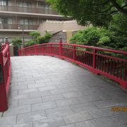 赤いこじんまりとした橋です