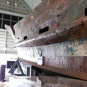 弾痕や爆破跡が残る工作船や武器などがかなりの迫力