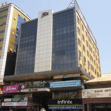 カンパラ通り沿いのこういう雑居ビルの3階にある。