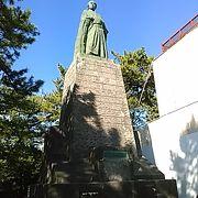 (坂本龍馬銅像) 龍馬像は丘の上から太平洋を望んでいます
