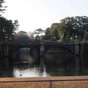 二重橋は石の眼鏡橋でなく奥に架かる鉄橋と合わせての総称だった
