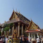 内部は撮影厳禁。エメラルド仏は黄金の仏壇に飾られていました。