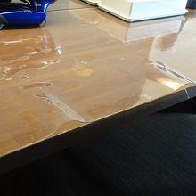 机の上のビニールカバーがシワシワ