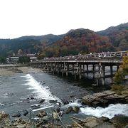 木造り風に見せた橋が桂川のゆるやかな清流にかかる絶景は必見