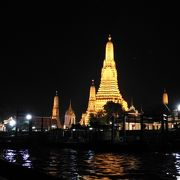 ボートから夜景を楽しむ