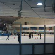 温かい地域での貴重な屋内スケート場