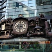 外壁に設置された宮崎駿のからくり時計は1日5回動きだしますので必見です!