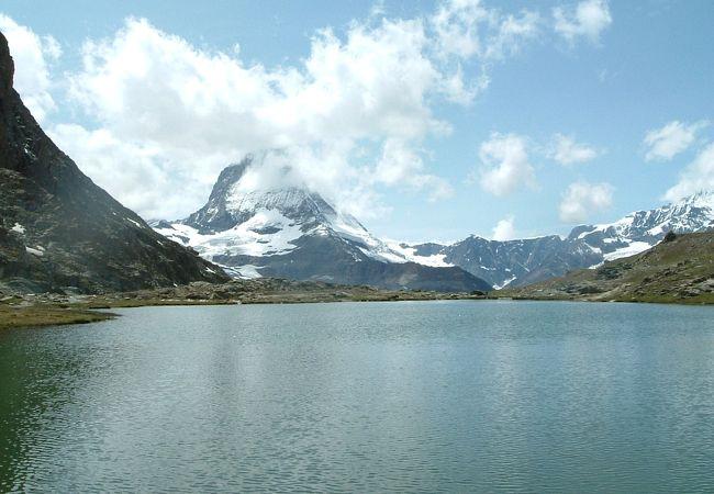湖の正面に聳えるマッターホルンは素晴らしい絶景です!