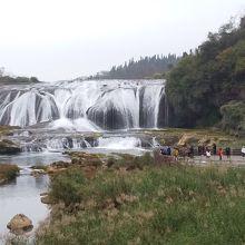 陡坡塘瀑布を遠くから見て。冬なので水量が少なかったです