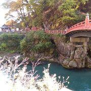日光東照宮入り口の向かい側にかかった赤いきれいな橋
