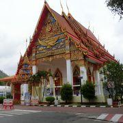 こじんまりとした街 煌びやかな仏教寺院があった