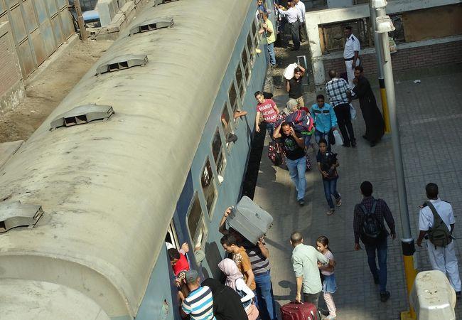 ギザ駅では、メトロ駅と交差しています。