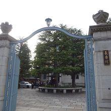 雰囲気のある門構えです。