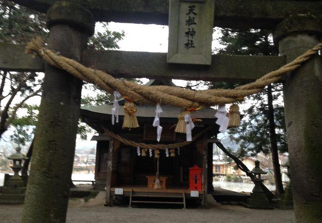 金鱗湖沿いにある神社