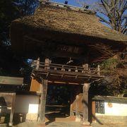 藁ぶき屋根の山門