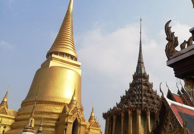 ワットプラケオの黄金に輝く仏塔