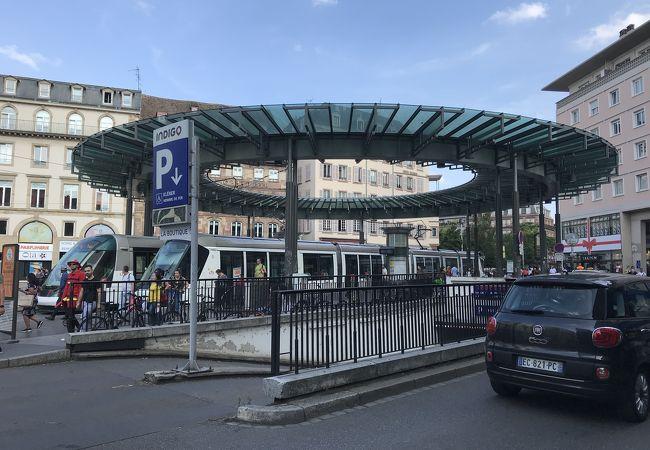 オム ド フェール広場